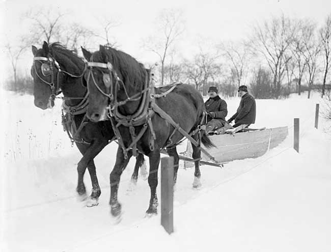 Horse-drawn snow plow in Chicago 1903