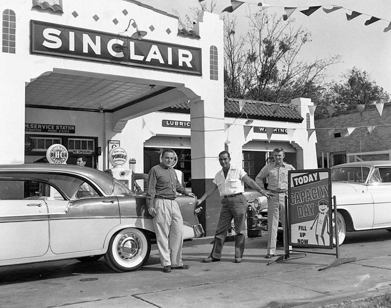 sinclair-gas-station-and-fifties-cars