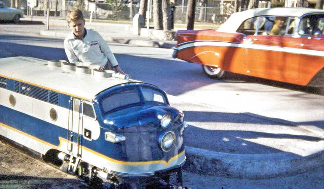 costonized-1950s-chevy-convertible-and-toy-train