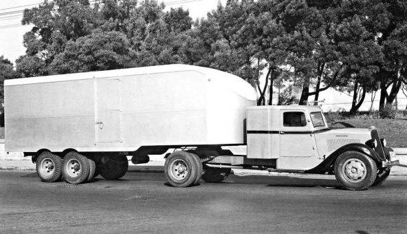 Streamline-mid-1930s-Studebaker-over-the-road-semi 2