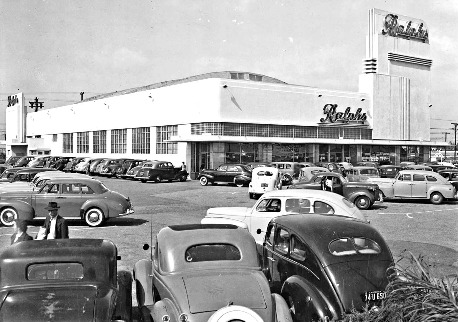 Prewar Cars Jam Ralphs Supermarket on Opening Day in Los Angeles ...